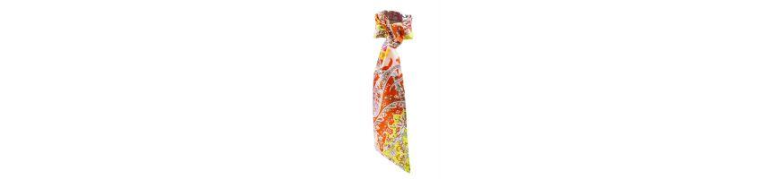 O colectie de accesorii de par si esarfe, din matase naturala cu imprimeu pasiley galben si portocaliu